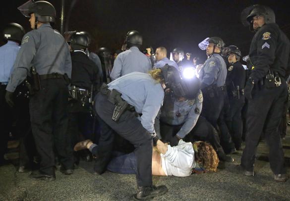 Фергюсон снова в огне: неизвестные расстреливают полицейских. Фергюсон снова в огне