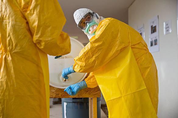 От Эболы спасет только скафандр. От Эболы спасет только скафандр