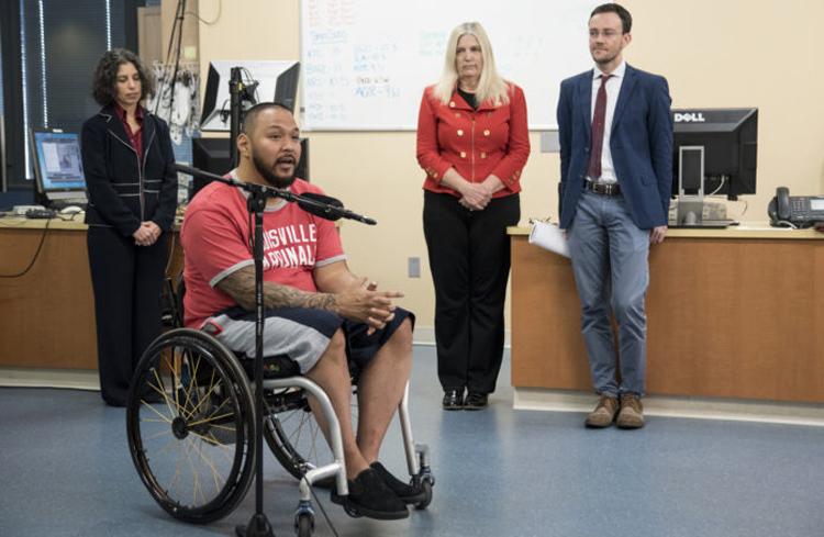 """Медики поставили парализованного на ноги, вживив ему """"мини-мозг"""". Медики поставили парализованного на ноги, вживив ему мини-мозг"""