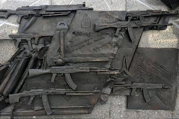 На памятнике Калашникову изобразили
