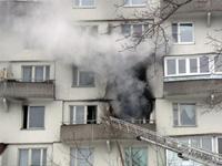Москвич стреляет в пожарных из окна горящей квартиры
