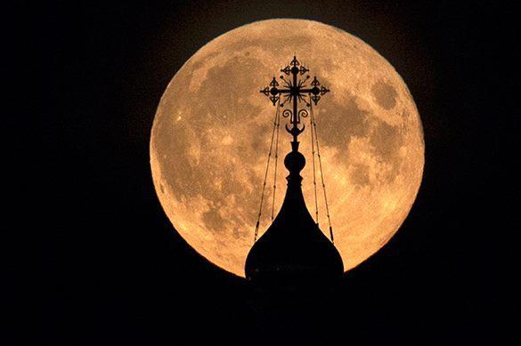 церковный купол и луна