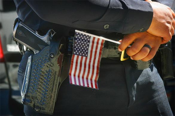 Американский полицейский с национальным флажком