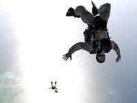 Каскадер прыгнул с вертолета в костюме птицы. 259298.jpeg