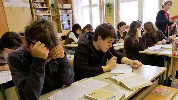 """Тотальная украинизация: не сдал экзамен по """"мове""""? Не студент!. школа ученики студенты"""