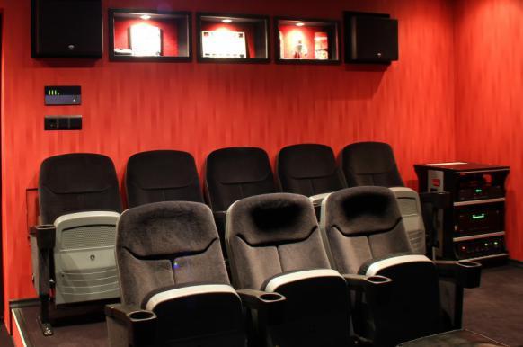 Кинотеатрам разрешили требовать паспорта при продаже билетов на взрослые фильмы.