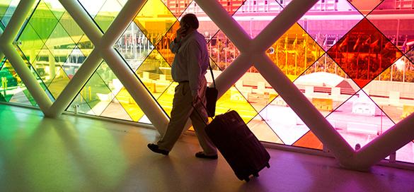 Испанские пограничники обнаружили в чемодане живой груз - ребенка. пассажир с чемоданом