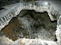 Автомобиль с водителем провалился под асфальт в Мытищах