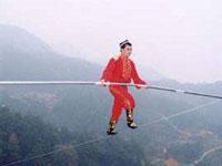 Китаец без страховки прогулялся по веревке, натянутой над