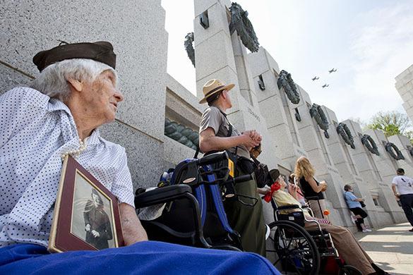 Вашингтон отмечает день Победы воздушным парадом самолетов-ветеранов. Вашингтон.Воздушный парад
