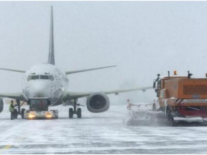 Снегопад в Москве задержал в аэропортах 64 рейса. Снегопад в Москве задержал в аэропортах 64 рейса