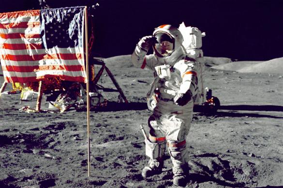 Звездно-полосатый спутник: США зондируют лунную почву. Астронавт на Луне