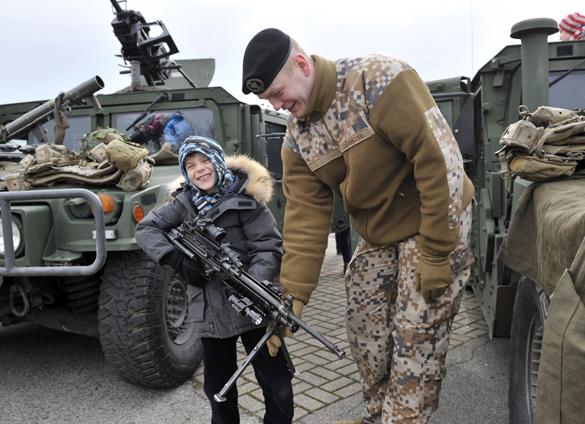 Колонна военной техники США находится на территории  Латвии. Колонна военной техники США