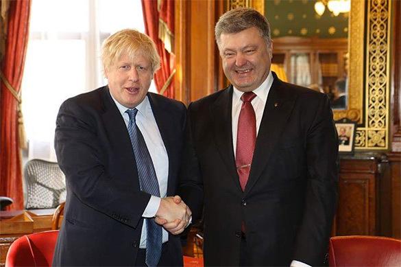 Протокольное фото Порошенко и Джонсона взорвало соцсети