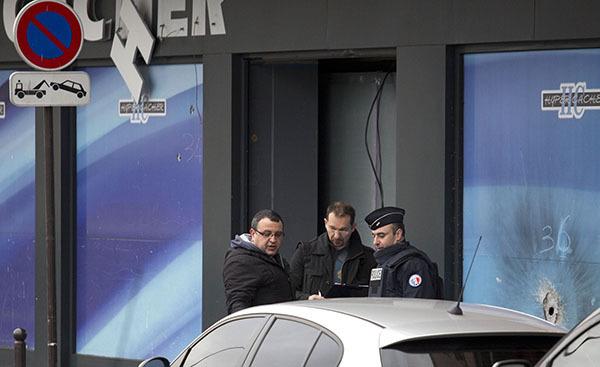 Полиция Парижа проводит спецоперацию в Сен-Дени