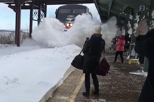 Пассажиров накрыло снежной волной прибывающего поезда