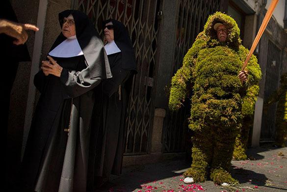 Праздник Corpus Christi в Бехаре охраняют люди из мха. Люди из мха