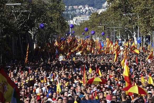 На акции против независимости Каталонии в Барселоне вышли сотни тысяч человек. 378321.jpeg