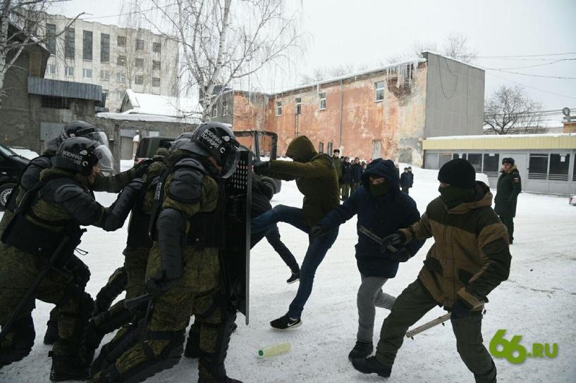 Военные дважды разыграли разгон митинга перед школьниками. 399324.jpeg