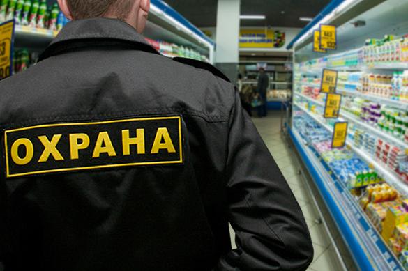Петербуржец не дал охранникам магазина забить нищую пенсионерку