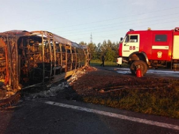 13 человек погибли в результате столкновения КамАЗа с автобусо