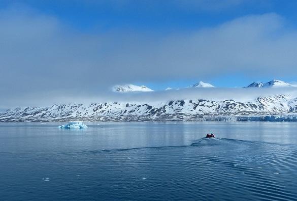 Группа русских спасателей обследуют дно моря наШпицбергене