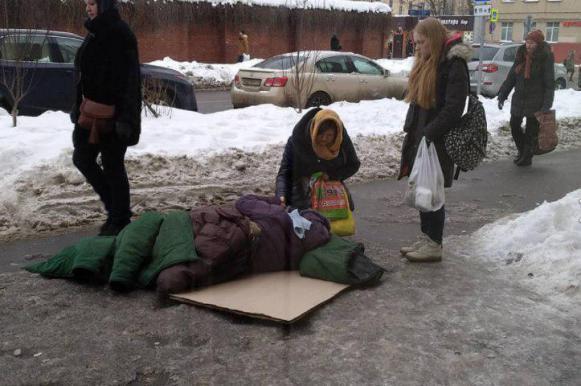 В Москве женщина 40 минут пролежала на улице у больницы в ожидании медиков. В Москве женщина 40 минут пролежала на улице у больницы в ожидан