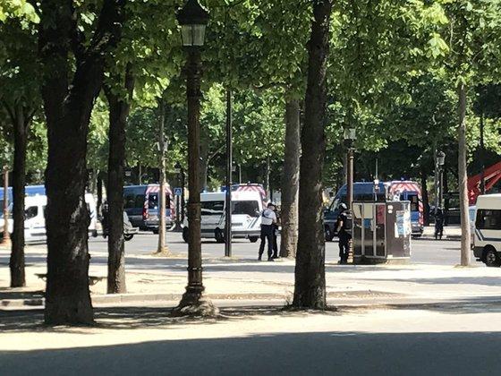 Полицейская машина протаранена у Елисейский полей
