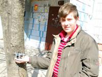 Украинский школьник заряжает мобильник от дерева
