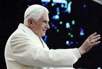 Benetton отказался от плаката с поцелуем Папы и имама. pope