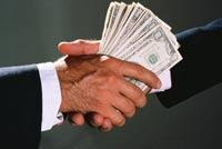 Экс-сотрудников Счетной палаты обвинили в получении крупной