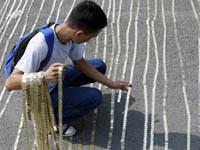 Филиппинцы выложили монетами 70-километровую цепочку. 250338.jpeg