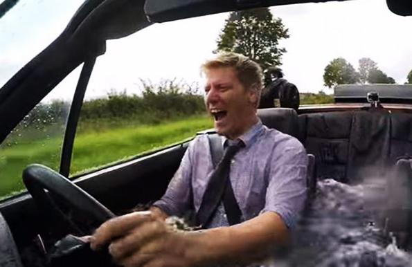 Британец снял на видео свою поездку на BMW, переделанном в джакузи. Британец снял на видео свою поездку на BMW, переделанном в джаку
