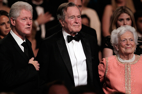 Билл Клинтон подарил носки Бушу-младшему