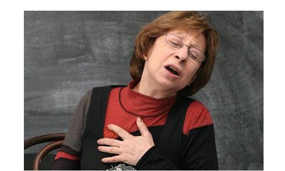 Тюменцы пикетировали гастроли Лии Ахеджаковой и попросили ее прекратить извиняться перед бандитами за Россию. Известная фотография Лии Ахеджаковой, ставшей в интернете извин