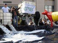 Фермеры вылили тонны молока на Европарламент . 275354.jpeg