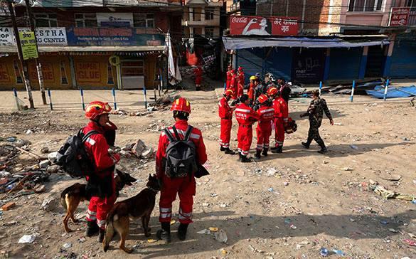 В Непале зафиксированы новые подземные толчки силой 6,7 и 5,0 баллов. Непал, спасатели