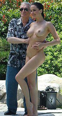 Основатель «Playboy» заменил сбежавшую блондинку брюнеткой из