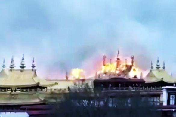 В Тибете загорелся древний буддийский монастырь Джоканг. В Тибете загорелся