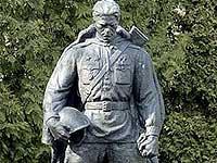 Бронзовый солдат подвергся нападению вандалов