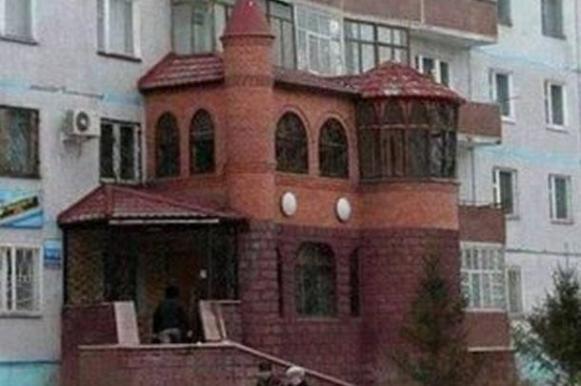 Румын перестроил балкон своей квартиры под небольшой дворец. Румын перестроил балкон своей квартиры под небольшой дворец