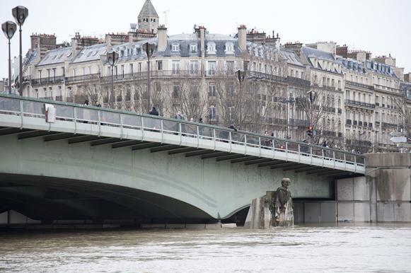 Париж уходит под воду: в домах нет света, закрыты дороги, эвакуированы люди. ариж уходит под воду: в домах нет света, закрыты дороги, эвакуир