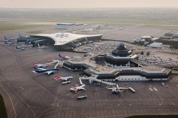 Российский самолет экстренно приземлился в Баку из-за записки в туалете.