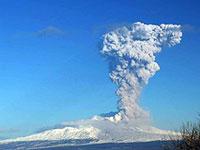 Камчатский вулкан выбросил семикилометровый столб пепла