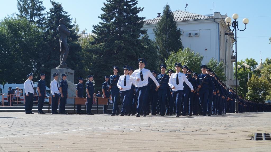 Пятнадцать девушек зачислены в Краснодарское авиаучилище на военных летчиц. Пятнадцать девушек зачислены в Краснодарское авиаучилище на воен