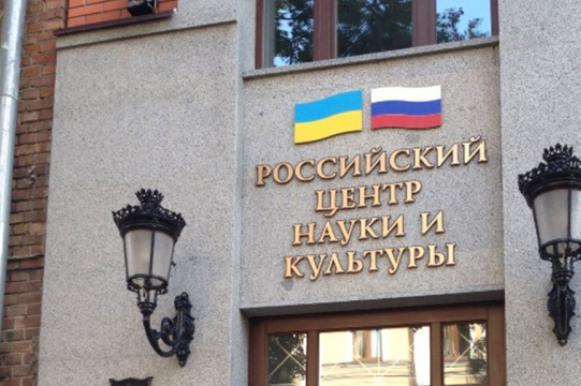 В Киеве полицейские отказались защищать здание Россотрудничества от радикалов. В Киеве полицейские отказались защищать здание Россотрудничества