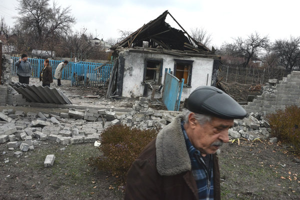 Донецкая область отказалась выплачивать пособие старикам, которые получают пенсию от ДНР. пенсионер в ДНР, разрушенный дом