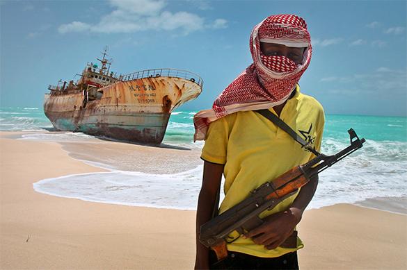 Сомалийские пираты попытались взять на абордаж грузовое судно. В