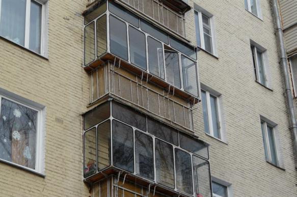 Жительница Ижевска вывешивала своего сына с балкона 14-го этажа за отказ убрать игрушки. 400394.jpeg