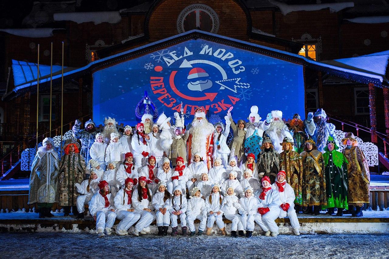В резиденции Деда Мороза зажгли первую елку в России